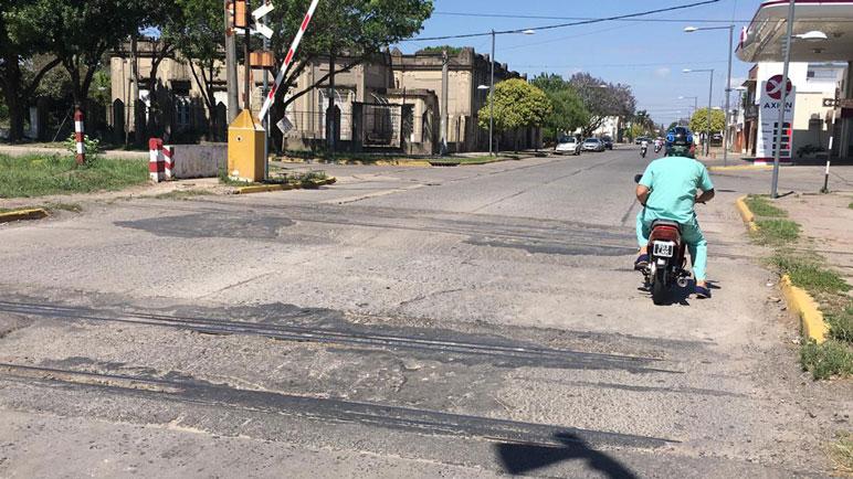 Un motociclista pasando con sumo cuidado para no dañar el vehículo.