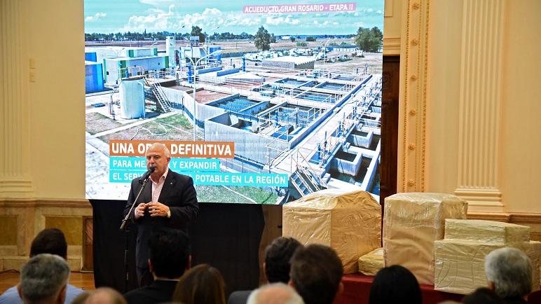 Lifschitz junto a la documentación que presentó cada oferente junto con la oferta económica para asumir la construcción de la segunda etapa del acueducto.