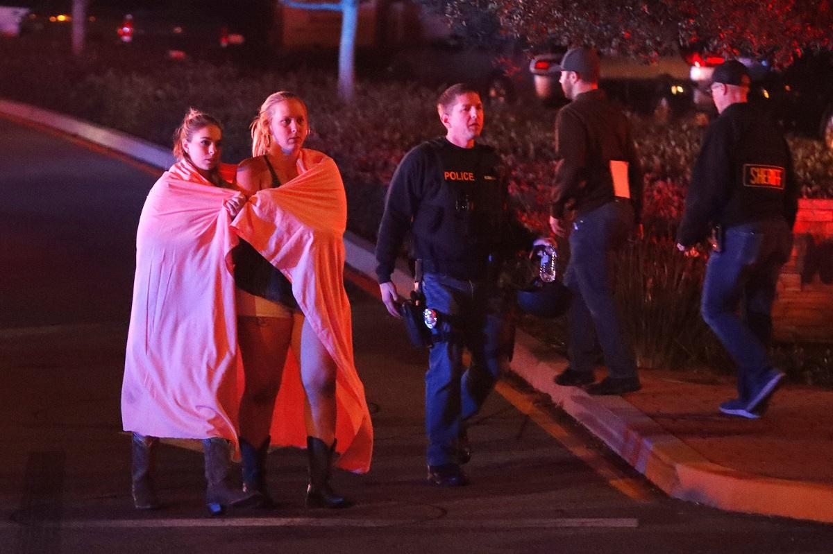 Jóvenes que escaparon del bar durante el tiroteo, y la policía de Los Angeles.