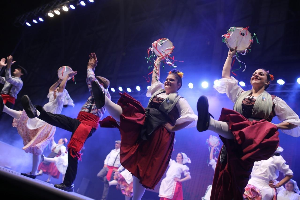 Danzas y folclore internacional en el escenario mayor y en cada stand.