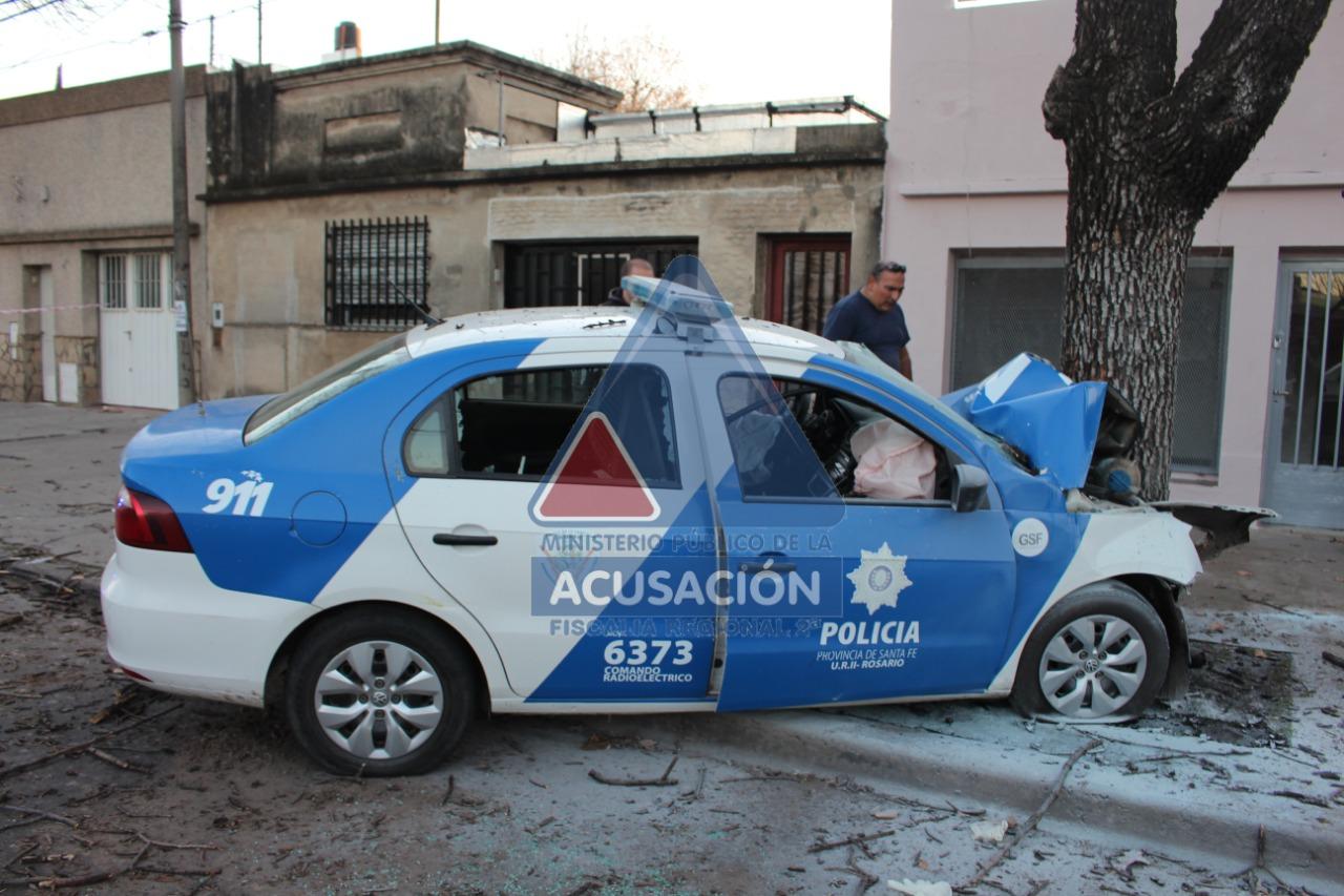 El patrullero policial que se estrelló contra un árbol en barrio Echesortu, camino a una emergencia que resultó falsa.