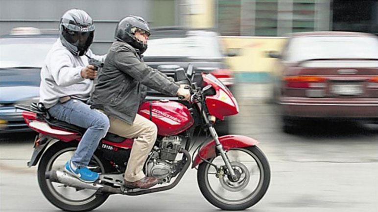 Los motochorros se trasladaban en una moto roja según describió la víctima.