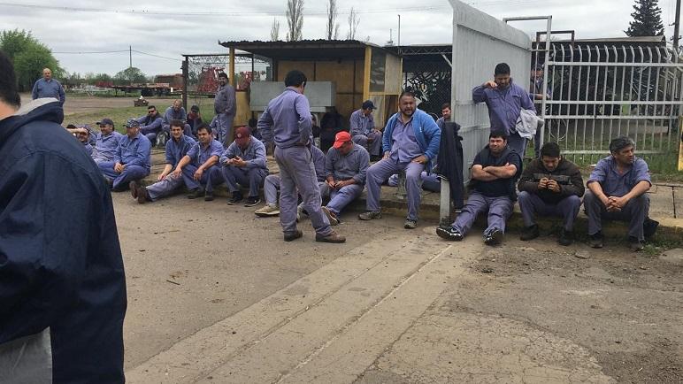 Afuera de la fábrica. Los obreros de Gherardi estarán liberados jueves y viernes.