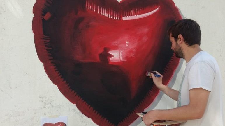 Griffa en acción. El artista casildense retrató un corazón en barrio Nueva Roma.