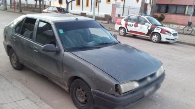 El automóvil en el cual se trasladaban los sospechosos.