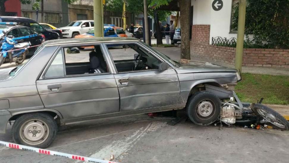 La moto embestida y el auto que quedó a merced de la furia de los testigos.