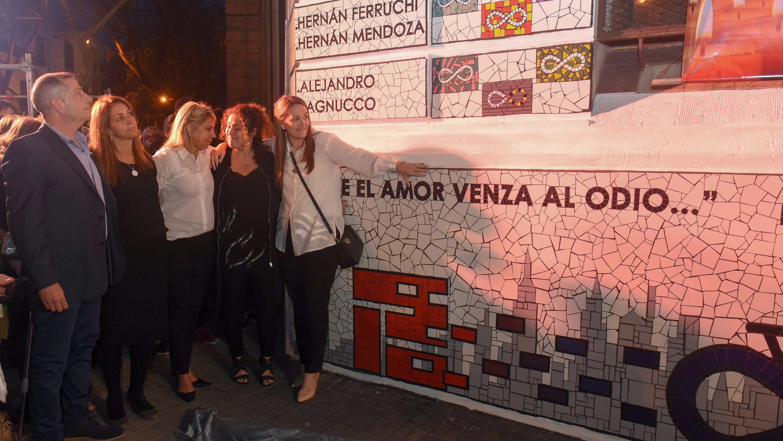"""""""El amor vence al odio"""", dice el mural en homenaje los a rosarinos fallecidos en Nueva York."""