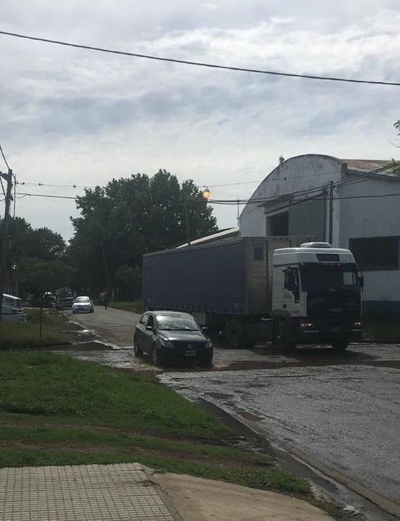 Los camiones rompen el camino.