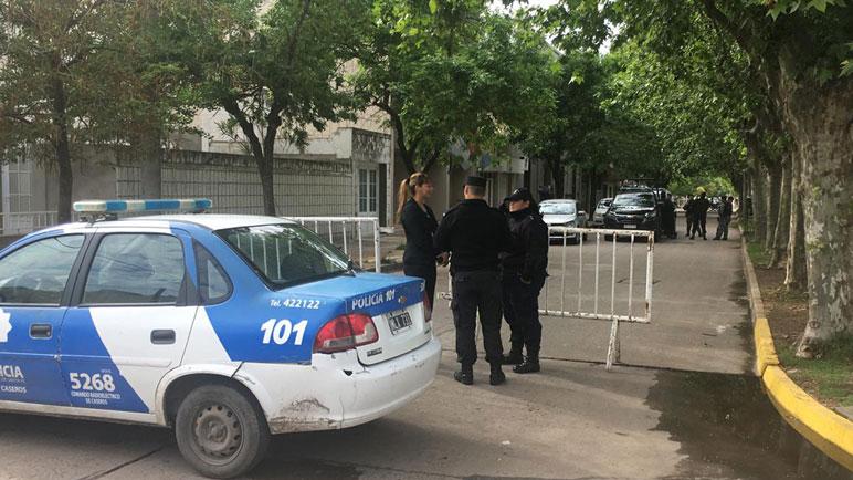 Los efectivos bloquearon las entradas en las esquinas de Dante Alighieri y Zeballos.