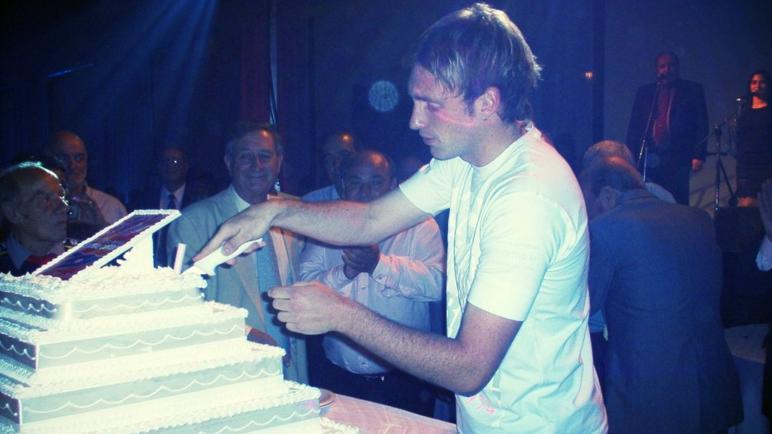 Beto Armani cortando la torta del centenario del Charrúa.