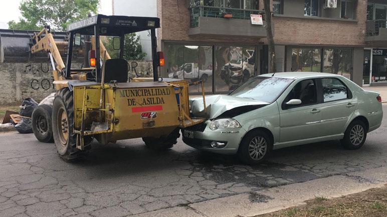El vehículo se incrustó contra la pala que estaba levantando basura.
