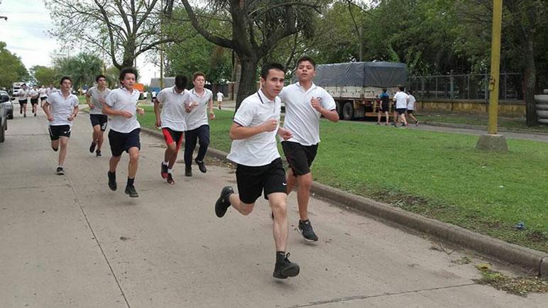 Esta vez los chicos invitan a todo el público a correr.