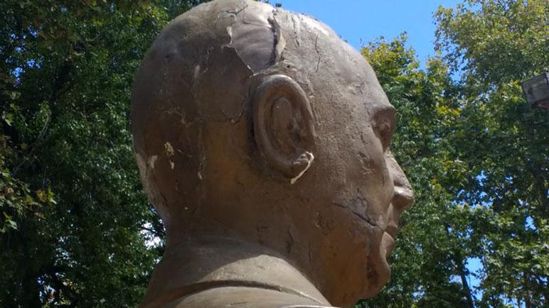 El busto de Perón luce desmejorado y será reemplazado.