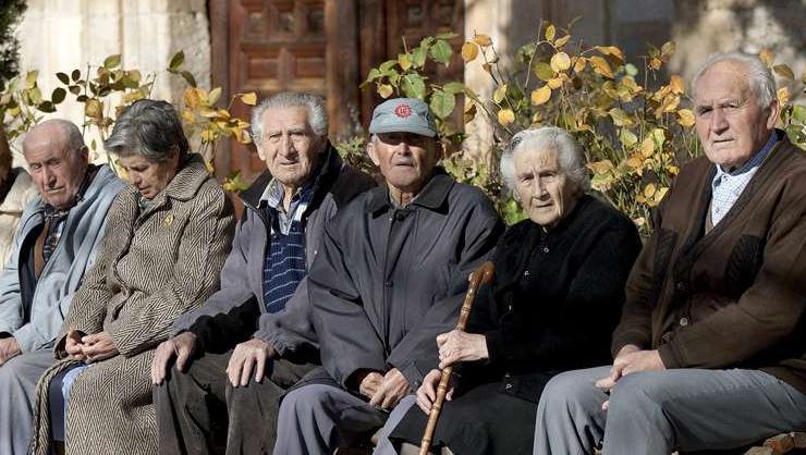 Resignados. La crisis también se lleva puestos a los abuelos.