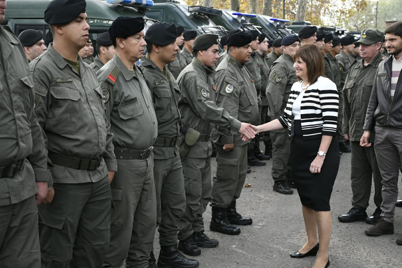 La ministra Bullrich saludó a los gendarmes que arribaron a Rosario.