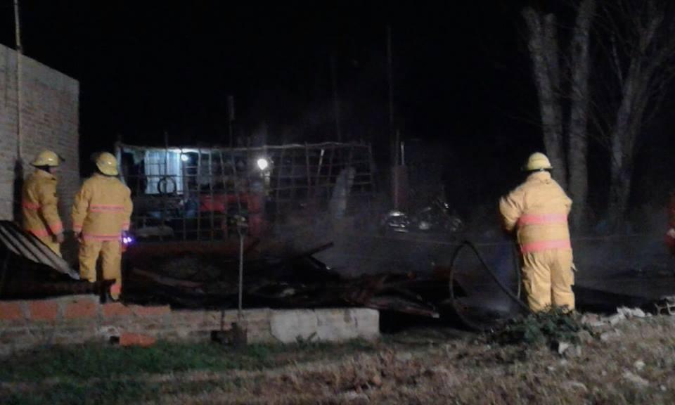 Los bomberos debieron actuar en la trágica noche del domingo.