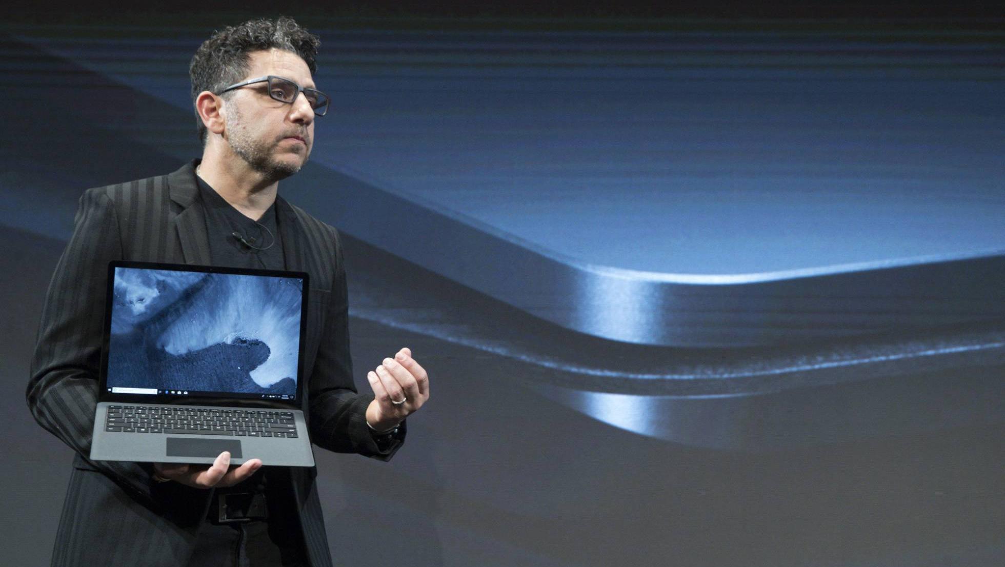 Panos Panay, jefe de producto de Microsoft, presenta el Surface Laptop 2, en Nueva York.