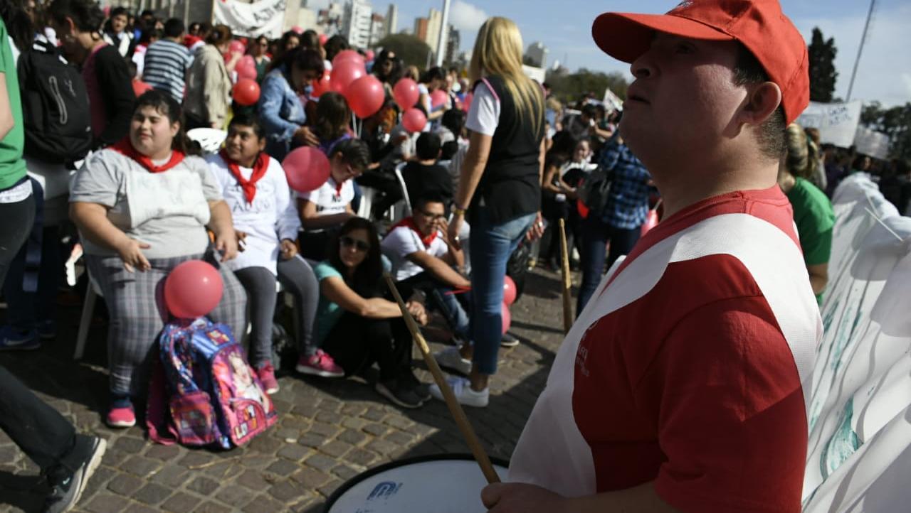 Los rosarinos se congregaron en el Parque de la Bandera para exigir que pare el ajuste en discapacidad.