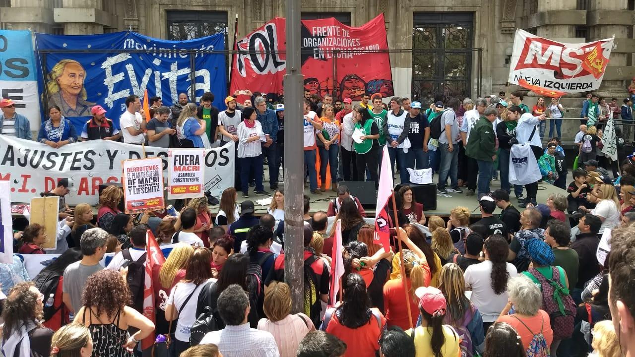 El acto de las organizaciones frente a la sede de Gobernación.