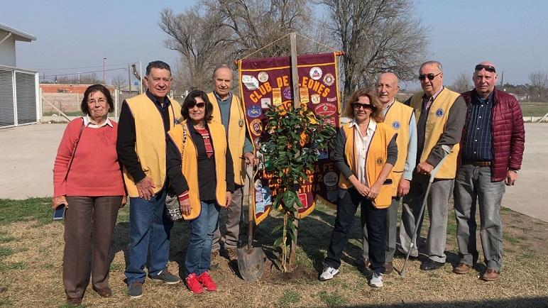 Los integrantes del club de Leones plantaron árboles en Nueva Roma.