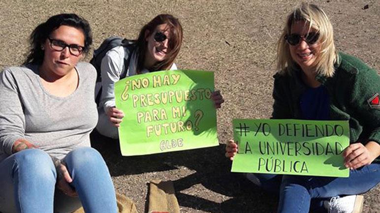 La plaza se llenó este domingo y los estudiantes mostraron sus pancartas.