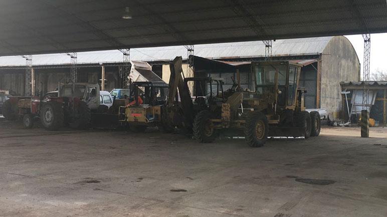 Parte de los vehículos que deben ser reparados en el Corralón.