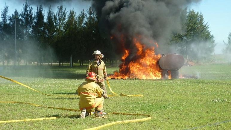Los bomberos de nuestra localidad se capacitan constantemente.