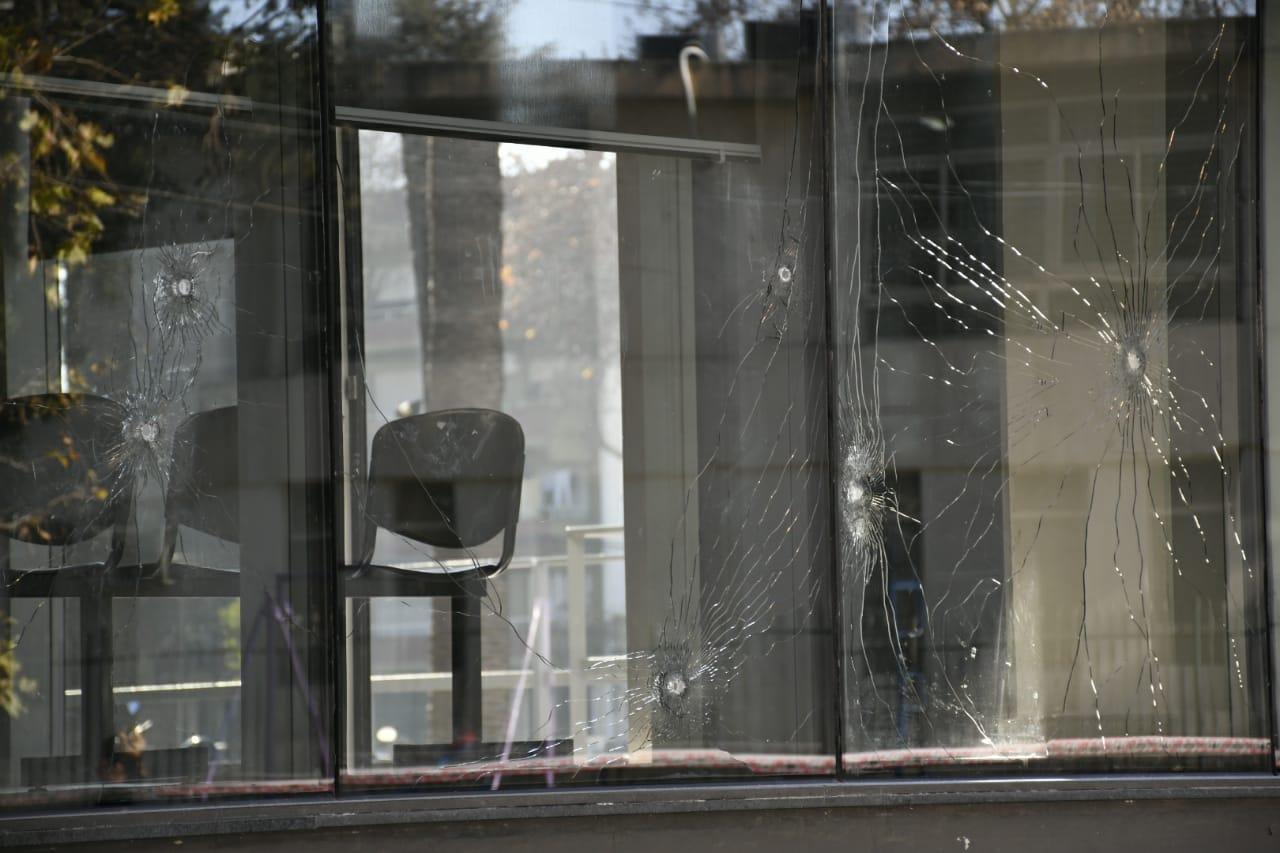 Agujeros en los vidrios y sillas del edifico de justicia (RosarioPlus)