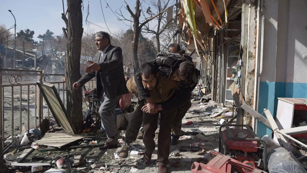 El terrorista se auto detonó en un centro educativo de la capital afgana.