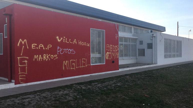 Las pintadas en aerosol amarillo arruinaron la fachada del CCI.