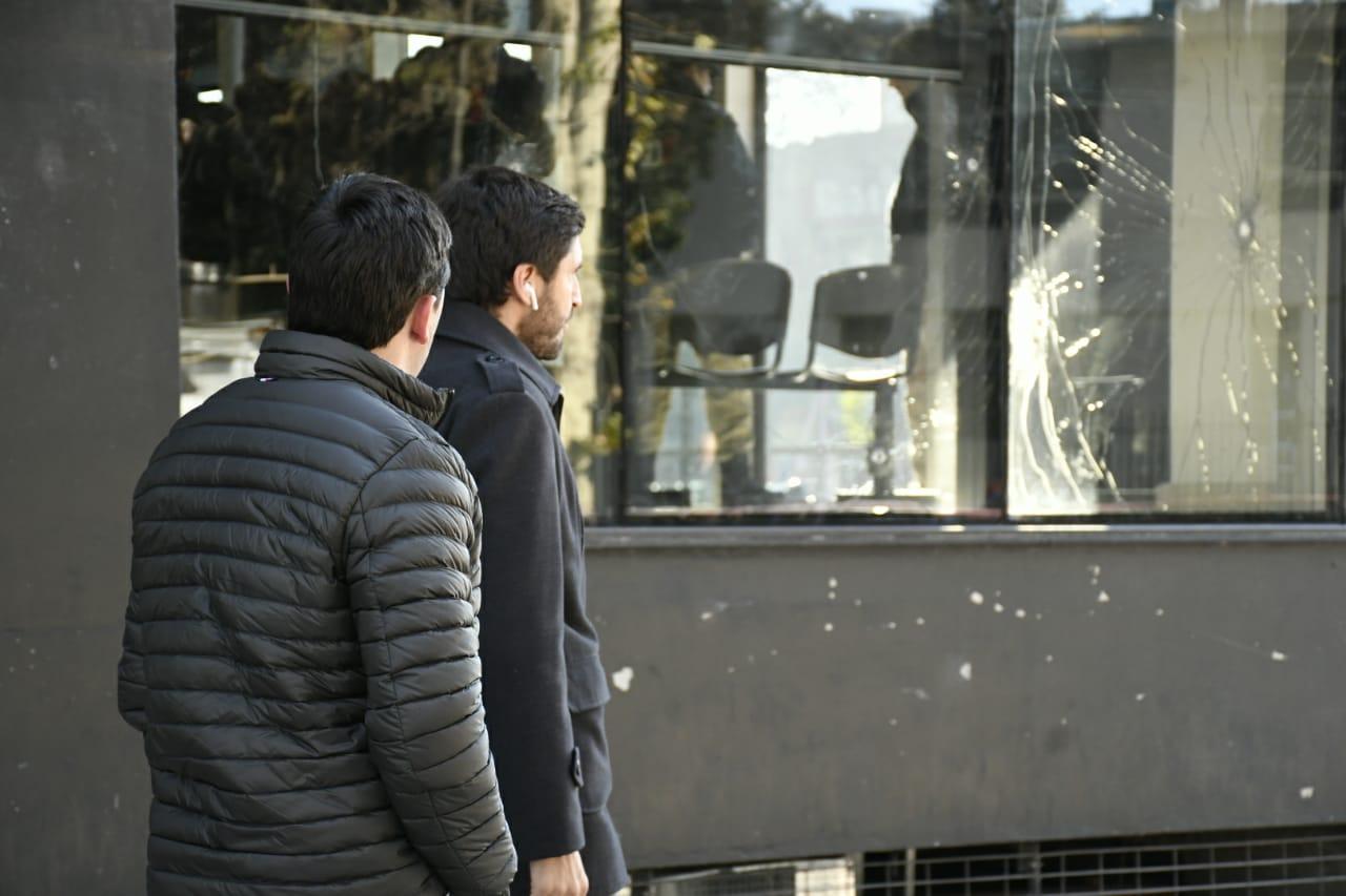 El ministroPullaro, recorriendo el edificio atacado (RosarioPlus)