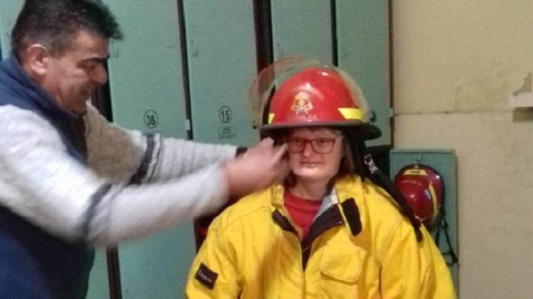 Los alumnos del Hogar Taller se probar el traje de bomberos.