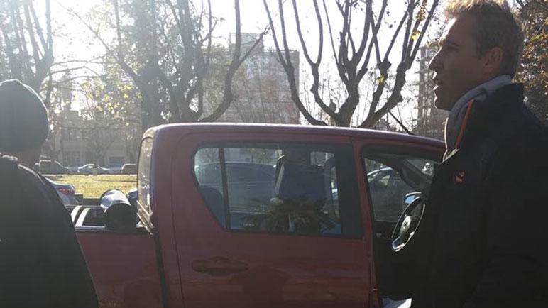 Tres móviles policiales llegaron al lugar de los hechos para llevarse al detenido.