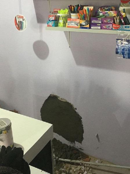 El boquete fue realizado detrás del mostrador.