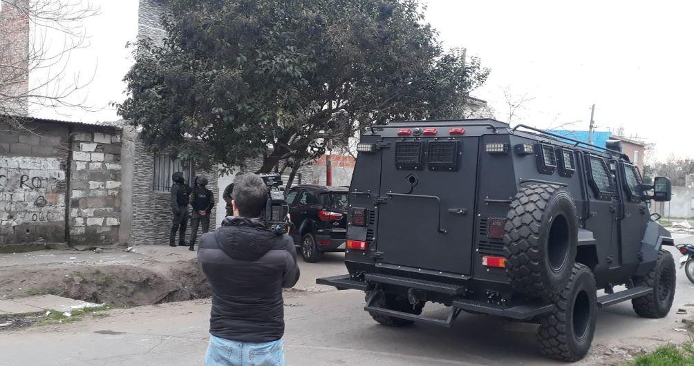 Uno de los allanamientos desplegados este martes por la mañana. Aquí, en barrio Irigoyen. (@belenbertero)