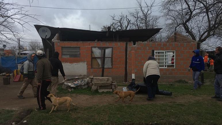 El viento desplazó el techo de una casa en Nueva Roma.
