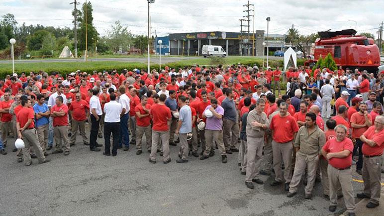 Los obreros de Vassalli, este viernes, en el predio de la planta fabril de Firmat.