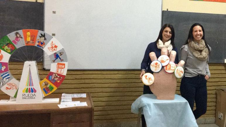 Parte del equipo de Salud Pública con la Rueda Saludable.