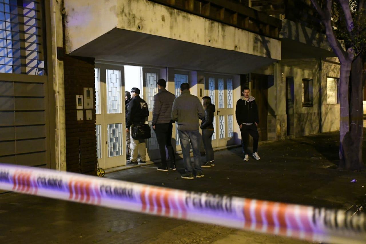La casa de dos plantas fue atacada el jueves pasadas las 22 (Rosario Plus)