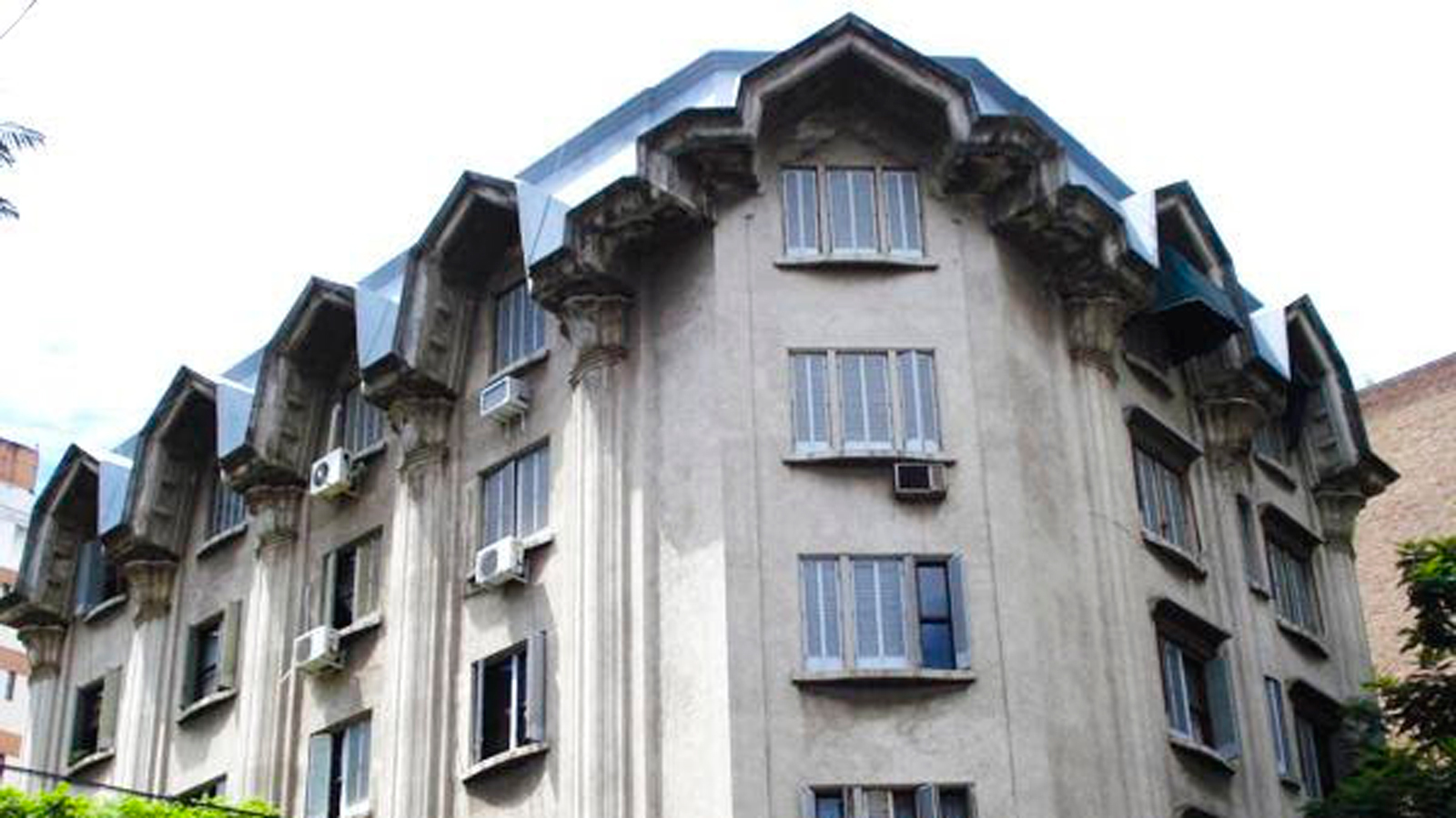 El edificio Castagnino, en la esquina de Italia y San Lorenzo.