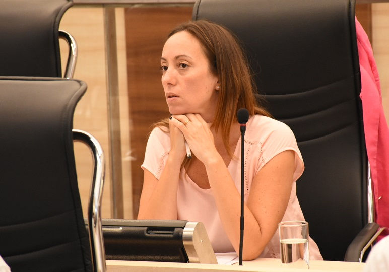 Ghilotti, concejala del bloque Cambiemos y vicepresidenta del Ente de laMovilidad, promueve la aplicación de publicidad privada en las bicis.