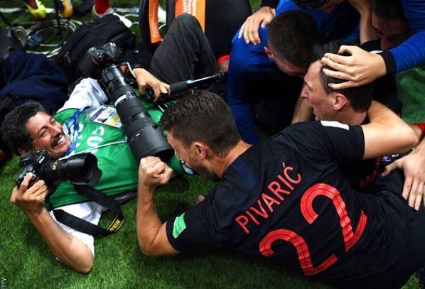 El fotógrafo quedó bajo los jugadores (Getty Images)