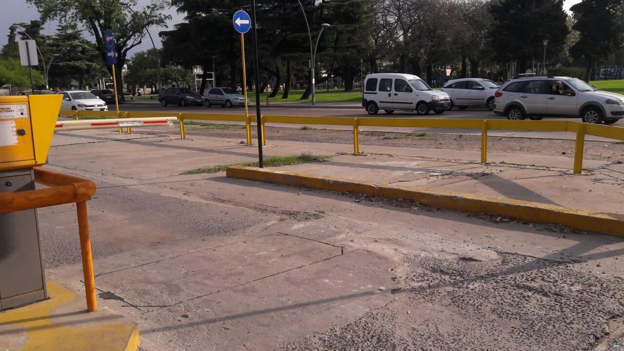 El playón ubicado sobre calle Castellanos necesita arreglos.