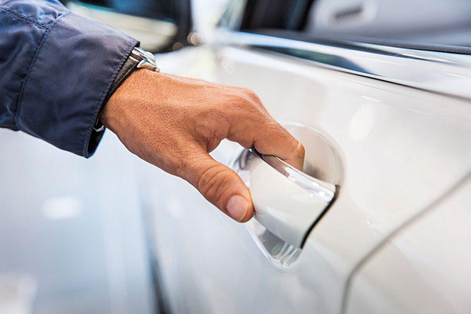 Abrir la puerta del auto y recibir una descarga es muy común.