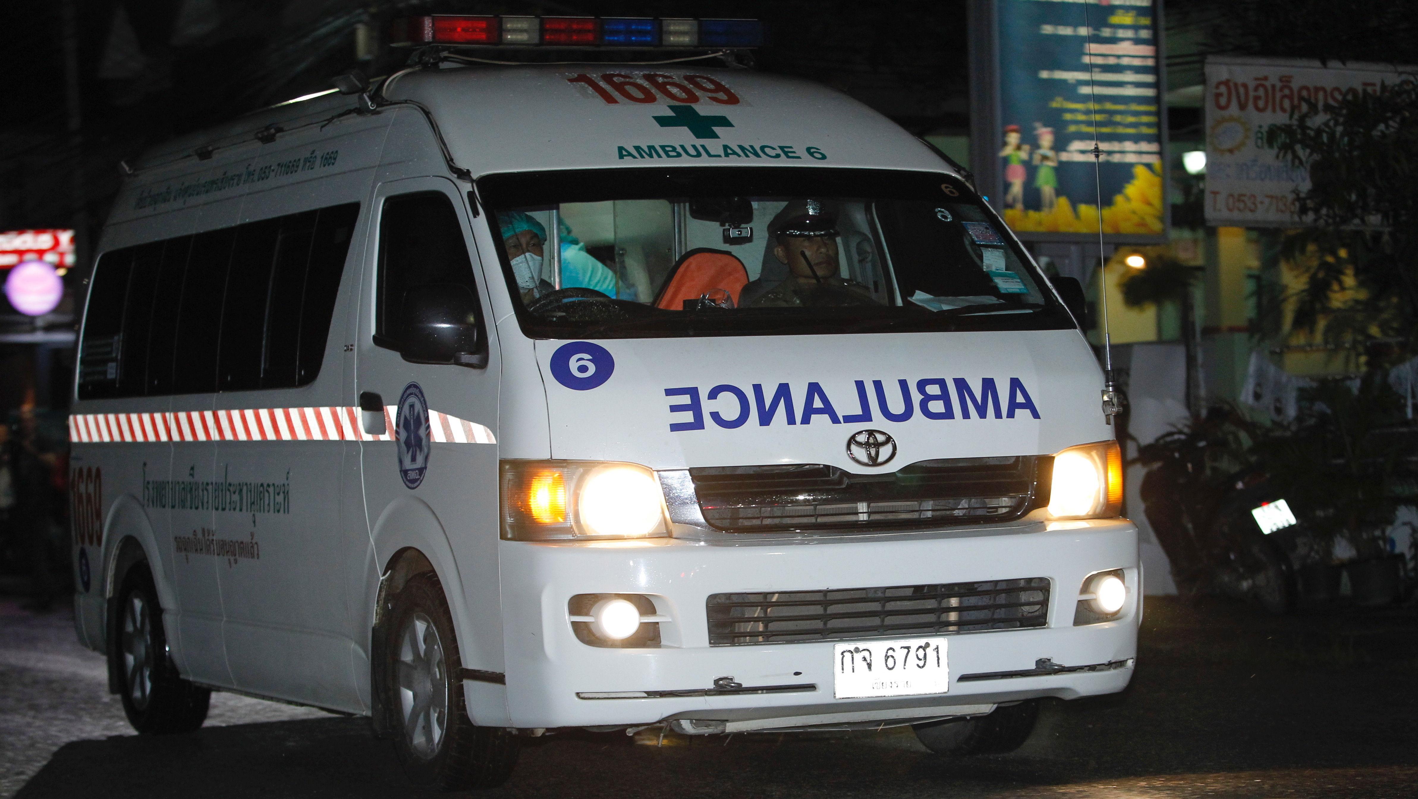 Una ambulancia también abandonó el lugar con las luces de emergencia encendidas.
