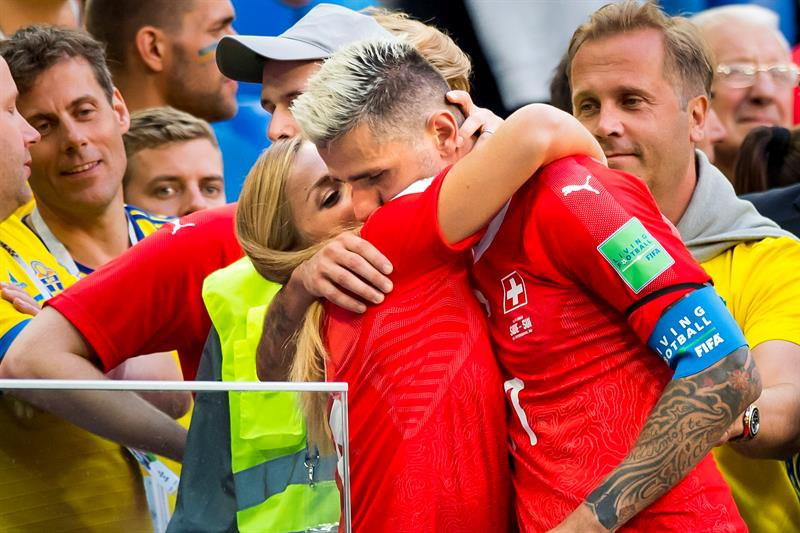 El suizo Valon Behrani es consolado por su novia, la esquiadora Lara Gut.(EFE)