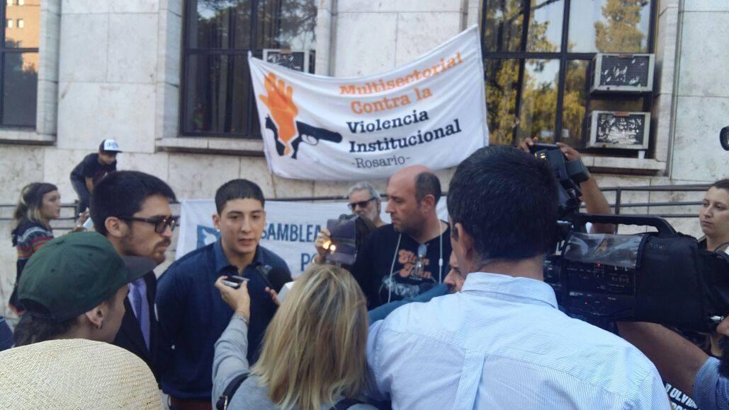 Uno de los jóvenes perseguidos y maltratados por la policía, con su abogado.