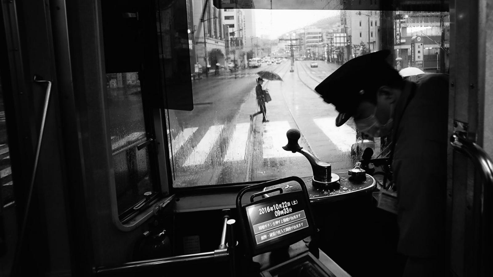 """""""Otro día de lluvia en Nagasaki"""". Vista desde un tranvía en Nagasaki, Japón."""