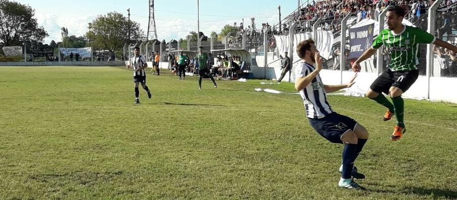Mariano Araguás saca centro ante la marca de Bruno Valeri. Foto: Gaspar Dalla Valle.