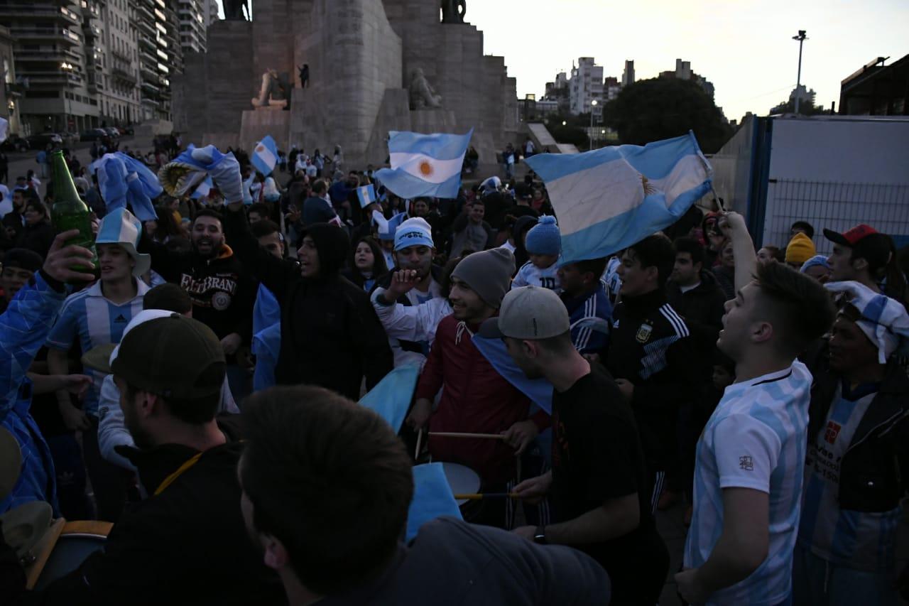 La gente copó el Monumento en los festejos por el pase a octavos de final.